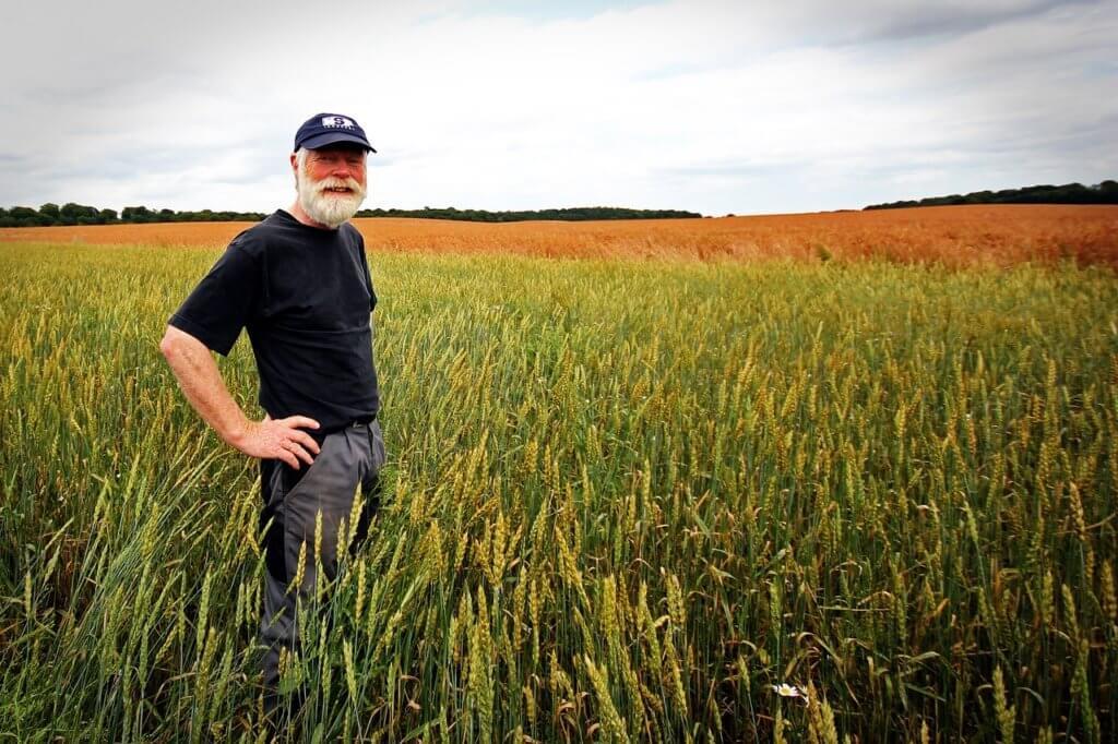 Un vendedor, Mike Gerten, trae productos de su granja de vegetales y los vende en el mercado.
